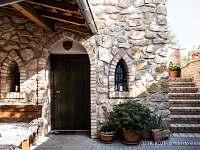 U TŘÍ RŮŽÍ - vchod do vinárny - Vrbice