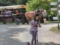 Na kole ani koloběžce do parku v Lednici nejezděte, nesmí se to, a ani to nejede