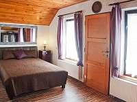 Větší místnost se spacím koutem