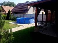 bazén se solární sprchou