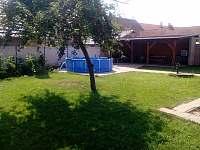 zahrada s bazenem