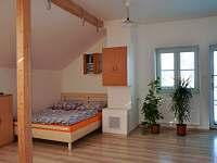 Podkrovní ložnice s manželským lůžkem s 2 samostatnými postelemi - pronájem chalupy Suchdol