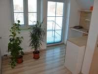 výhled do zahrady a kuchynský kout v podkroví