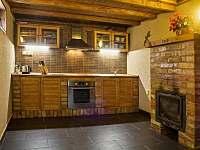 kuchyň s krbem a kuchyňským koutem
