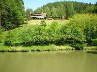 Pohled na penzionu od rybníčku