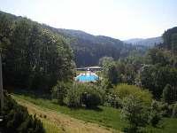 Pohled z terasy na okolí a koupaliště