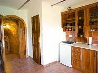 kuchyňka se vstupem do vinného sklepa - ubytování Hovorany
