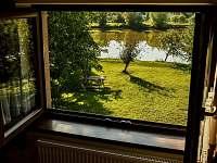 Výhled na rybník z předního pokoje sklípku - Hovorany