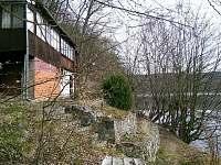 celkový pohled na chatu s přehradou