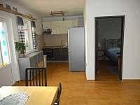 Prostorná kuchyň s jídelním koutem - apartmán ubytování Zaječí