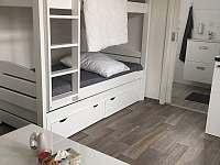 Patrová postel s výsuvným prostorem a výsuvnou třetí postelí. - chata k pronajmutí Vranová