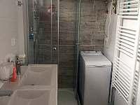 Sprchový kout a pračka - chata k pronájmu Vranová