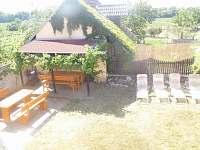 pohled na zahradu z balkonu - ubytování Perná