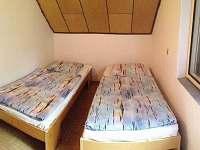 jedna ze dvou třílůžkových ložnic