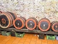 demižóny s vínem ve sklepě - Prušánky