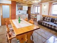 pokoj s posezením a kuchyňkou v 1. poschodí - pronájem chalupy Prušánky