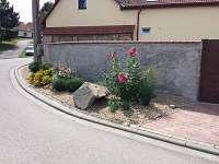 zahradka před objektem