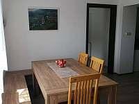 jídelní stůl - pronájem chalupy Dražůvky
