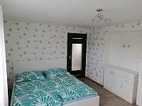ložnice s koupelnou v patře - chalupa k pronájmu Dražůvky