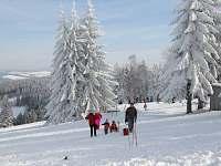 A v zime je na Mikulcine vrchu v provozu lyzarsky vlek pro perfektni lyzovacku