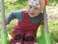 Děti mají k dispozici malou i velkou 3m skluzavku umístěnou v terénu