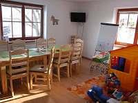 Farma - společenská místnost s posezením z masivu