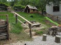 Hřiště se skluzavkou a připravovanou malou lezící dřevěnou stěnou