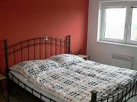 Ložnice pohled na manželskou postel