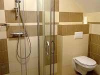 koupelna oranžový pokoj