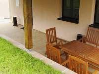 posezení na venkovní terase - apartmán k pronajmutí Sedlec u Mikulova