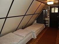 Ložnice v podkroví - chata k pronajmutí Perná