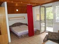 Obývací pokoj s lůžkovou částí - chata k pronájmu Perná