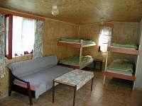 4 postele s peřinami a gauč