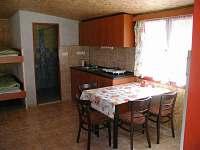 Kuchyňský kout s vařičem, varnou konvicí a nádobím