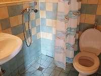 Samostatná koupelnička s WC a sprchou