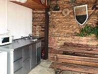 Společný dvorek s venkovní kuchyní - chalupa k pronajmutí Znojmo - Suchohrdly