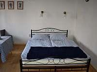 Dvoulůžko v obývací ložnici - chalupa ubytování Týnec u Břeclavi