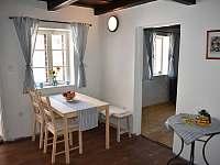Jídelní stůl, židle a lavice - chalupa k pronájmu Týnec u Břeclavi