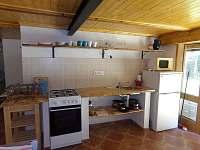 Společenská místnost v přízemí s kuchyní WC a sprchou. - Lančov