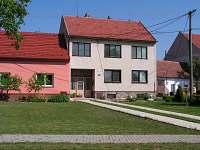 Pohled z ulice na dům, před kterým, budete parkovat - Tasov