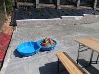 pískoviště s hračkami
