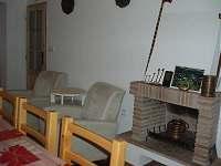 Nefunkční krb v obývacím pokoji