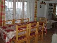 Obývací pokoj s jídelním stolem - chata k pronajmutí Čeložnice