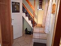 1) chodbička, WC, schody do patra
