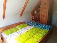 1) pokoj v patře