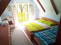 1) pokoj v patře s manželskou postelí + balkon