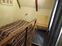 1) postel v patře před pokojem