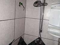 1) sprchový kout v koupelně