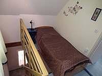 2) lůžko před pokojem v patře nad schodama