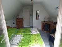 2) pokoj v patře s manželskou postelí